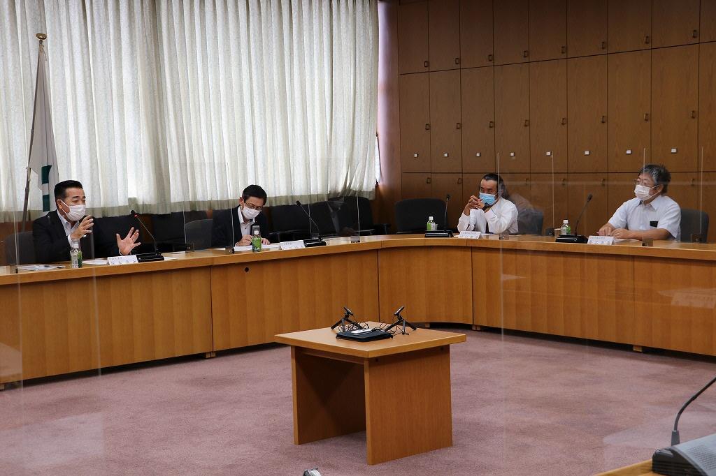 農家代表からの質問に答える藤木議員(左)